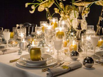 une-table-de-fete-en-blanc-et-or